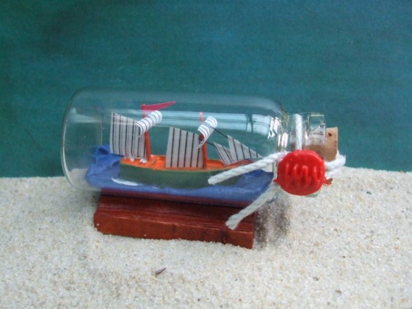 Kleines Flaschenschiff - orangegrün