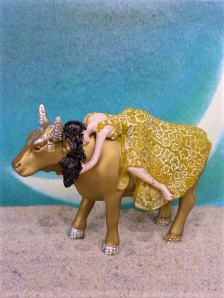 'Tanrica' - Goldene Kuh mit junger Frau von CowParade