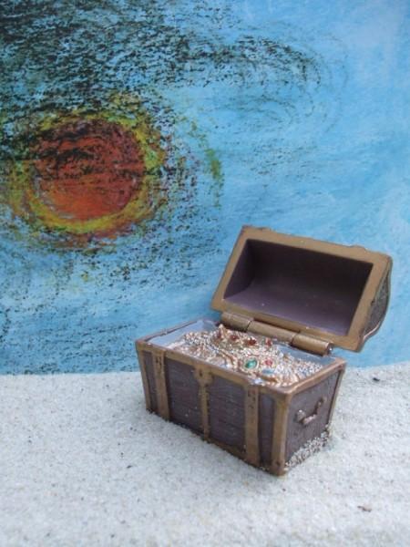Schatzkiste gefüllt mit Juwelen & Münzen - braungolden