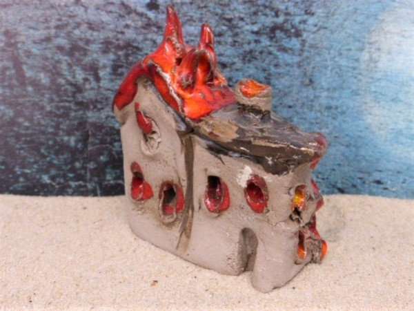 Südländisches brennendes Haus ... mit Einschusslöchern