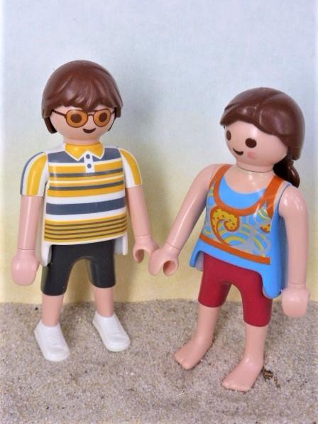 (Eltern-) Paar in Freizeitkleidung