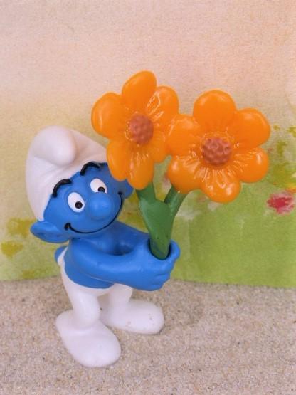 'Schlumpf' - Kultfigur mit Blumen