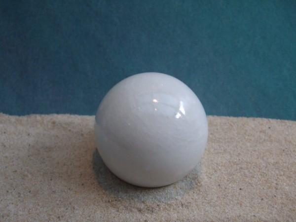 Weiße Steinkugel