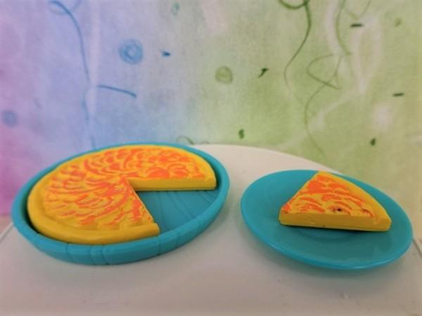 Apfelkuchen auf Platte & Teller