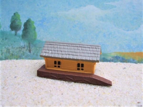 Kleines gelbes Haus / Bahnhof