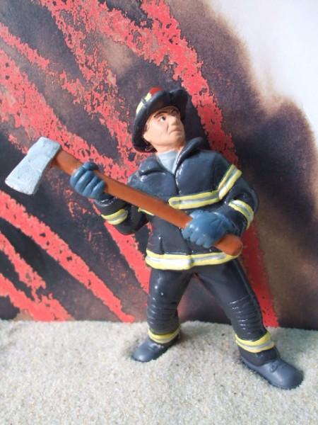Feuerwehrmann mit Beil