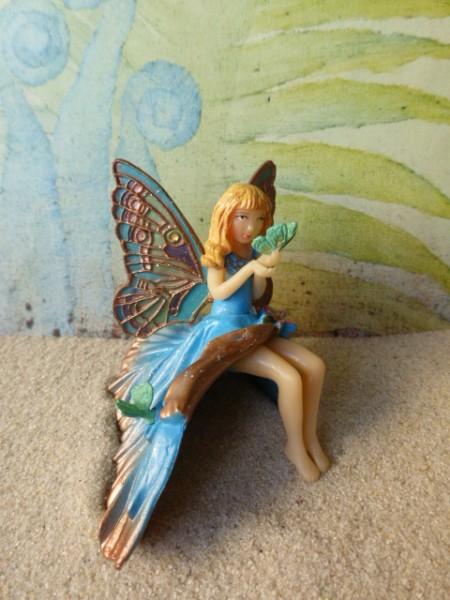 Elfenmädchen mit Schmetterling - sitzend