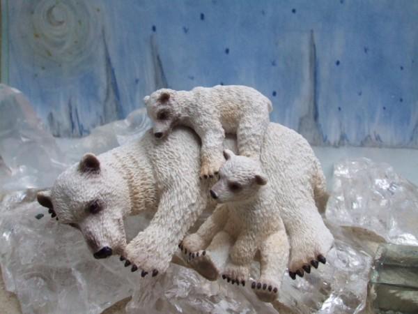 Liegende Polarbärin mit zwei Jungtieren