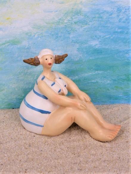 Mollige Bade-Urlauberin - weißer Badeanzug