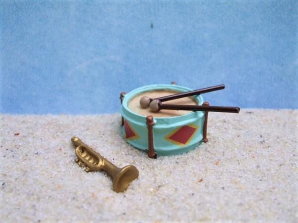 Trommel mit Drumsticks & Trompete