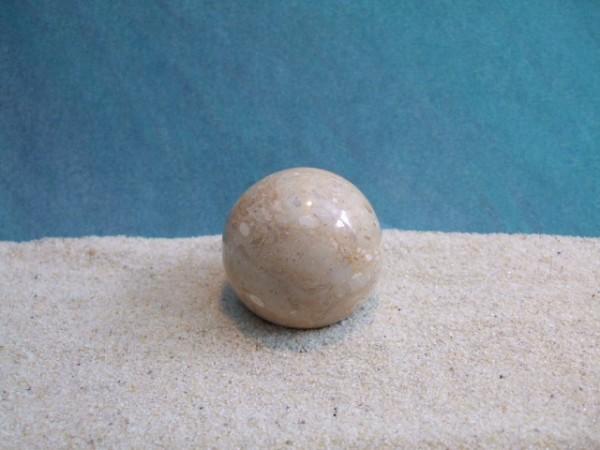 Kleine beigebraune Steinkugel