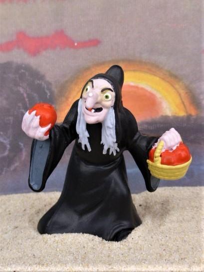 Hexe / Stiefmutter mit Apfelkorb aus 'Schneewittchen'