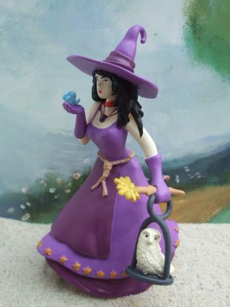 Junge Hexe ... im lila Kleid