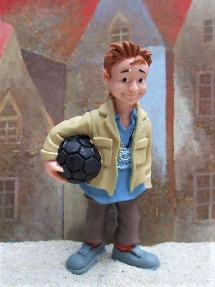 'Nerv' - Braunhaariger Junge mit Ball