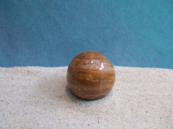 Kleine ockerfarbene Steinkugel