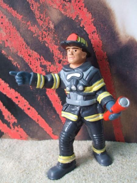 Feuerwehrmann mit Taschenlampe