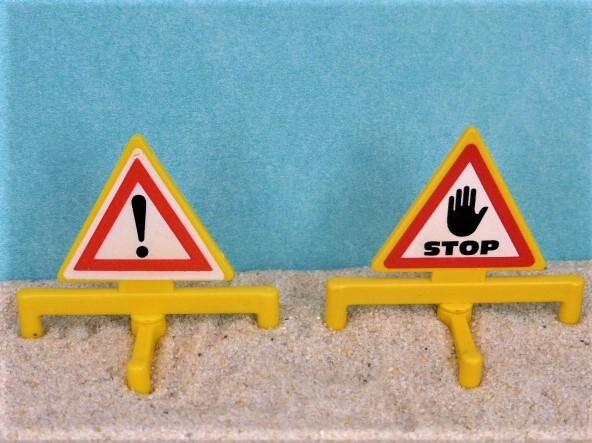 Verkehrsschilder: Achtung! Gefahrstelle! & STOP