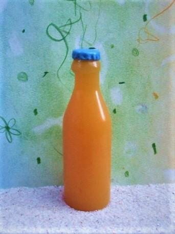 Große Saftflasche mit blauem Kronkorken