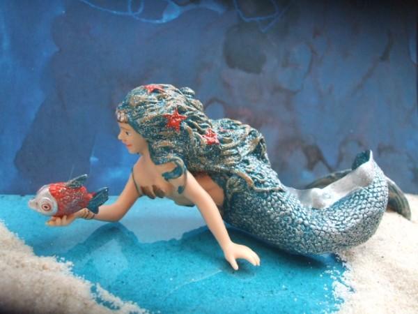 Meerjungfrau mit Fisch - schwimmend