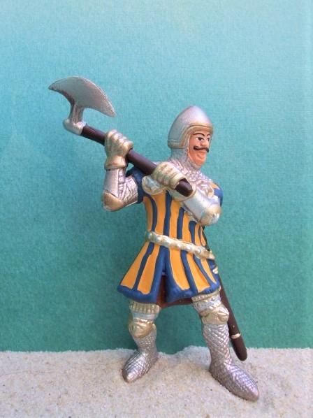 Blauer Ritter mit Streitaxt - kämpfend