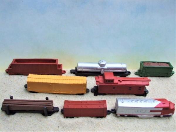 8er-Set: Diesel-elektrischer Zug mit Güterwagen