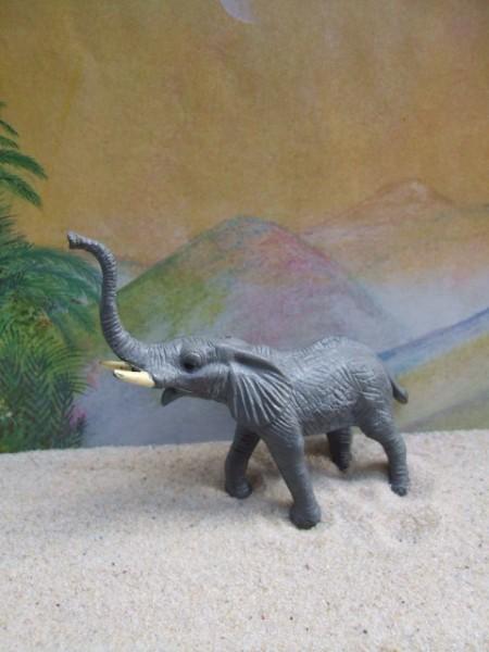 Kleiner trompetender Elefant