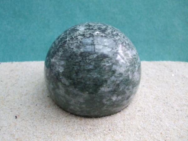 Dunkelgrün-gemaserte Steinkugel