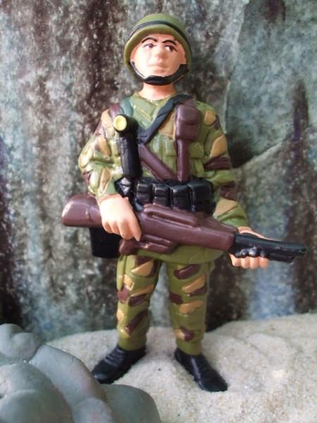 Soldat / Wachposten mit Gewehr - stehend