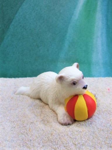 Eisbärjunges ... mit Ball
