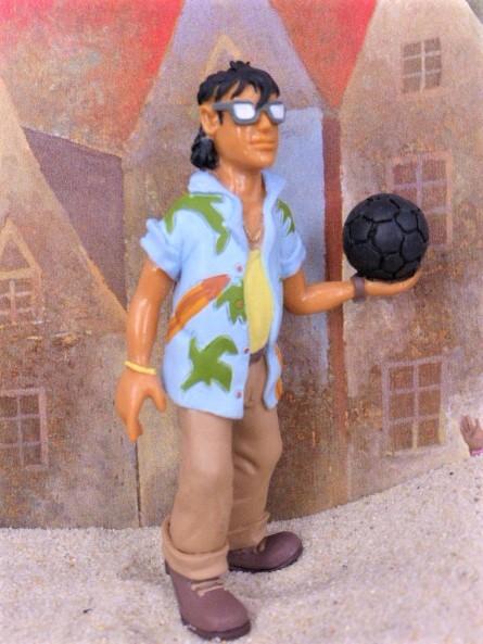 'Rocce' - Südländischer Junge mit Ball