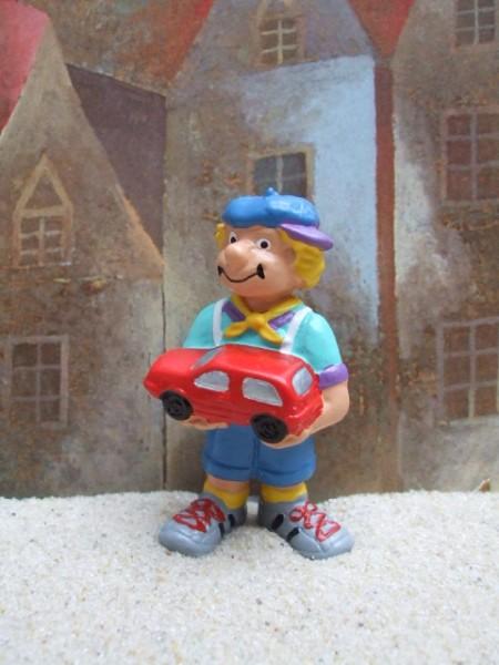 Kleiner Junge mit rotem Spielzeugauto