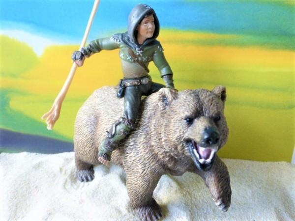'Torak' Junge mit 'Kraft'-Tier: Braunbär