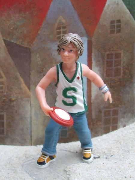 Junge beim Frisbee-Spiel