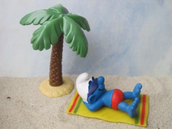 Schlumpf unter Palme: 'Endlich Urlaub!'