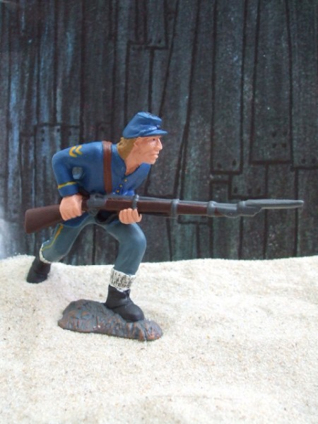 Angreifender Soldat mit Gewehr - blau