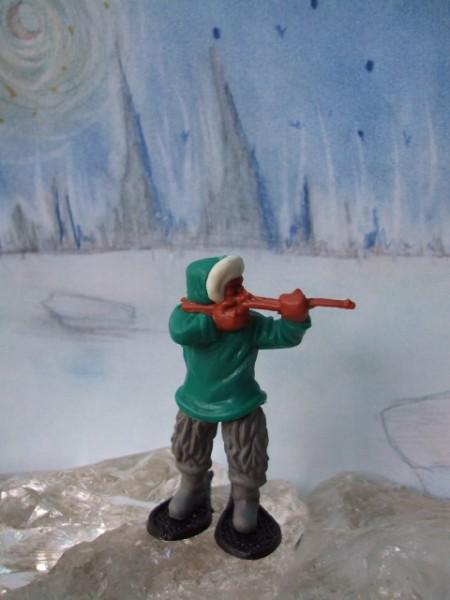 Schießender Inuit: grün-graue Bekleidung