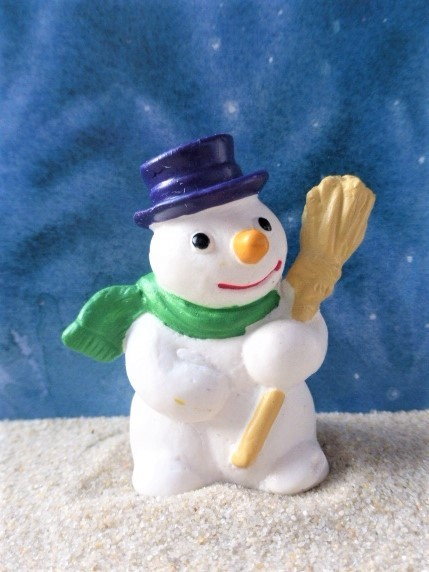 Schneemann mit Besen ... grüner Schal