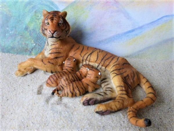 Säugende Tigerin mit drei Jungtieren