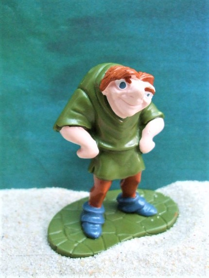 Buckliger 'Quasimodo' ... auf grünem Podest
